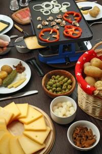 Tisch mit Raclette Menü